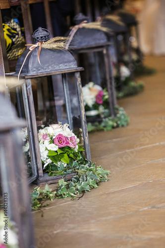 fila di Bouquet di fiori dentro eleganti contenitori posti sul pavimento