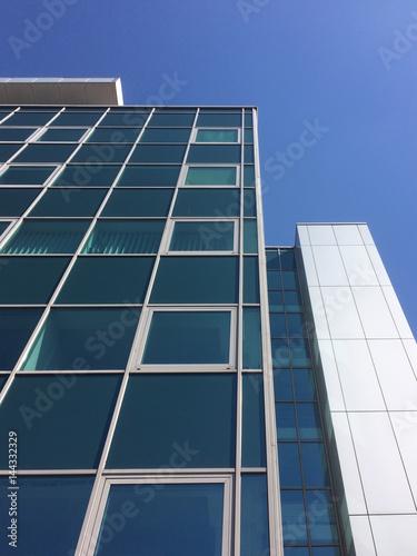 Okna nowoczesnego wieżowca