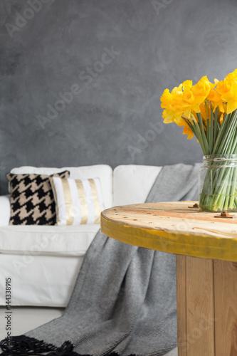 Stół z żonkilami