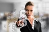 Geschäftsfrau wählt passenden Paragraphen - 144344923