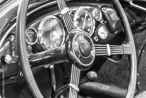 kierownica-i-wyposazenie-klasycznego-samochodu,-tlo,-plakat