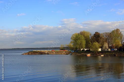 Poster Krajobraz półwyspu na jeziorze, wiosną o zachodzie słońca.