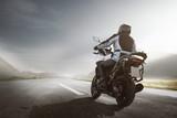 Przejazdy motocyklami w górskim krajobrazie