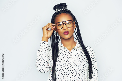 Poster Fashionable black woman wearing glasses