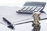 Finanzen, Euro Münzstapel, Kugelschreiber, Tabellen,  und Taschenrechner, Hintergrund - 144607396