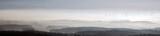 Landschaftspanorama von oben mit Bodennebel