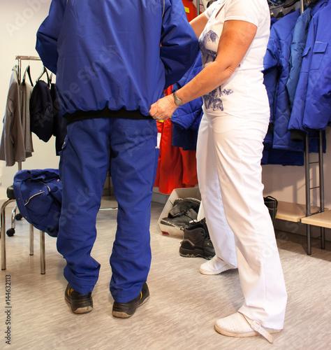 Anprobe von Arbeitsschutzkleidung im Bemusterungsraum
