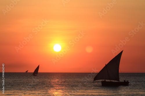 Fotobehang Zanzibar Segelboote im Sonnenuntergang auf Sansibar