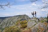 Tres mujeres posando sobre una roca en los cañones del sil