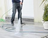 lavage d'une terrasse au nettoyeur haute pression - 144736161