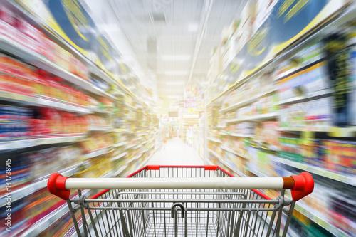 Supermarket nawy z pustym czerwonym wózek na zakupy