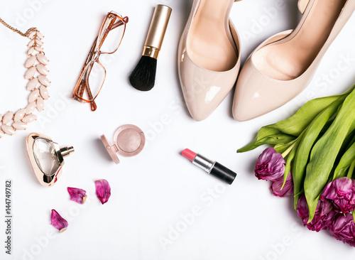Kobiety beżowi akcesoria i różowi tulipany na białym tle