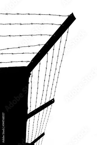 Poster Silhoette von mehreren Schichten Stacheldraht auf einer Gefängnismauer