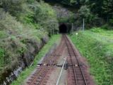 ひなびた田舎の駅、すぐにトンネル