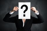 Geschäftsfrau hält Schild mit einem Fragezeichen vor ihrem Gesicht