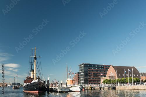 Museumshafen Kiel mit Fischauktionshalle Poster