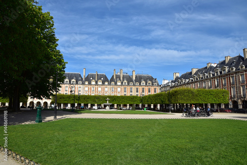 Place des Vosges à Paris au printemps, France