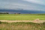 Feld und Gewitterwolke