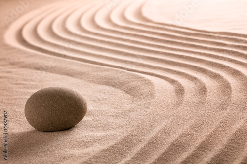 Canvas Zen Stenen Zen stone and sand garden for Buddhism meditation or a spa wellness backgroudn with copy space.