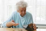 Rentnerin in einem Pflegeheim - 144887761
