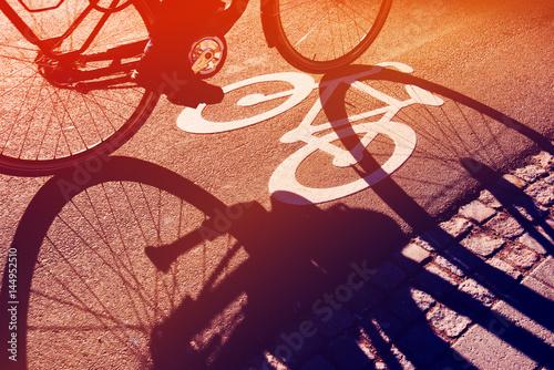 Cień nie do poznania rowerzysty na ścieżce rowerowej