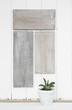 Grau weißer shabby chic Holz Hintergrund mit Pflanze als vintage Deko