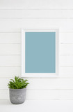 Türkis blau weißer Holz Hintergrund mit Zimmerpflanze als Dekoration für Werbekonzepte