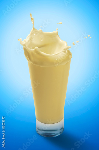 Papiers peints Lait, Milk-shake Splash of Banana Milkshake in A Glass