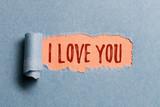 Riss in Papier enthüllt Liebesbotschaft