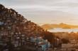 Quadro Favela Cantagalo, Rio de Janeiro, Brasilien, im warmen Licht des Sonnenaufgangs