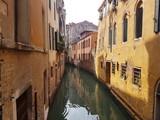 Entre les maisons sur un canal de Venise