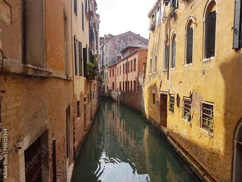 Foto op Plexiglas Venice Entre les maisons sur un canal de Venise