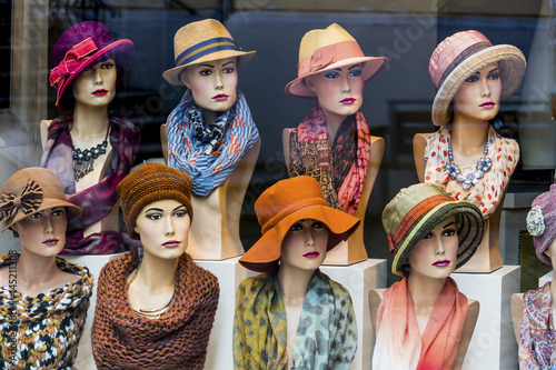 Leinwanddruck Bild Boutique mit Hüten und Damenmode