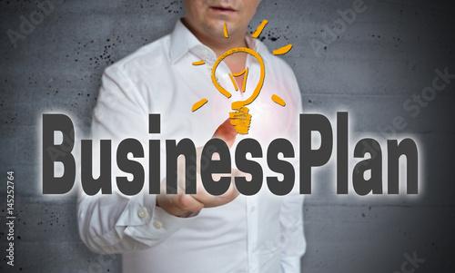 Business Plan touchscreen wird von Mann bedient
