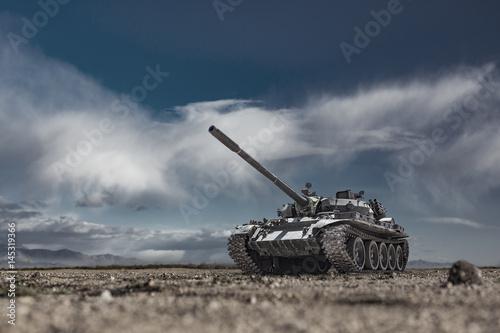 Wojskowy lub wojskowy czołg gotowy do ataku poruszającego się po terenie opuszczonego pola bitwy
