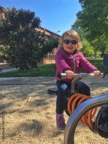 Poster bambina felice al parco