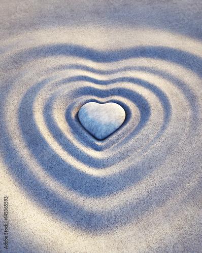 Steinherz in Wellen aus Sand