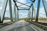 Auf der Strasse auf einer alten Brücke, alleine unterwegs