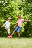 Jungen beim Zweikampf im Fußball