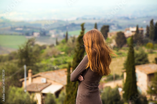 Keuken foto achterwand Toscane girl looking at the tuscanian landscape