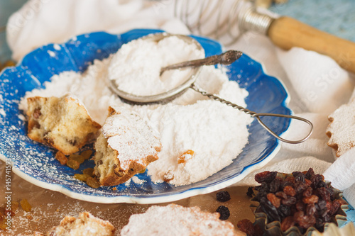 Poster Cupcakes with raisins and sugar powder