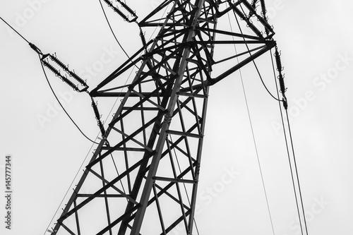 Energie für Strom durch Strommast in Schwarz weiss Poster