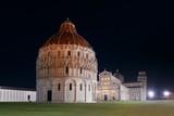 Krzywa wieża katedry w nocy w Pizie