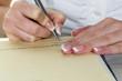 Hand mit Füllfeder unterschreibt Vertrag - 145903588
