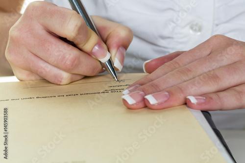 Leinwandbild Motiv Hand mit Füllfeder unterschreibt Vertrag
