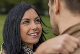Verliebtes Paar in einem Park - 145904716