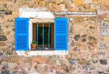 Kamień dom stary fasadowy okno otwarte migawki niebieski otwarte