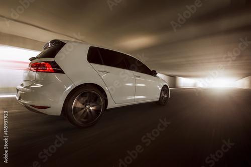 schnelles Auto fährt im Tunnel