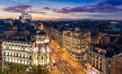 Panorama der Gran Via Straße in Madrid nach Sonnenuntergang