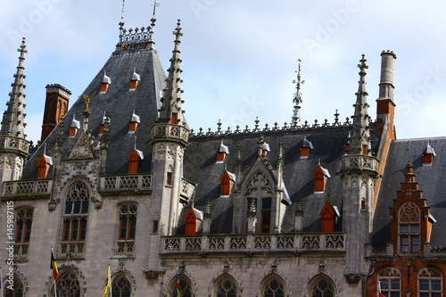 Geschichtsträchtige Dächer am großen Markt in Brügge